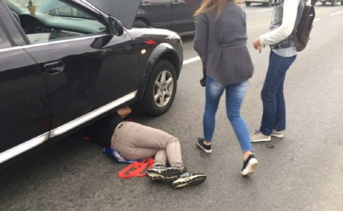 Мужчина под машиной