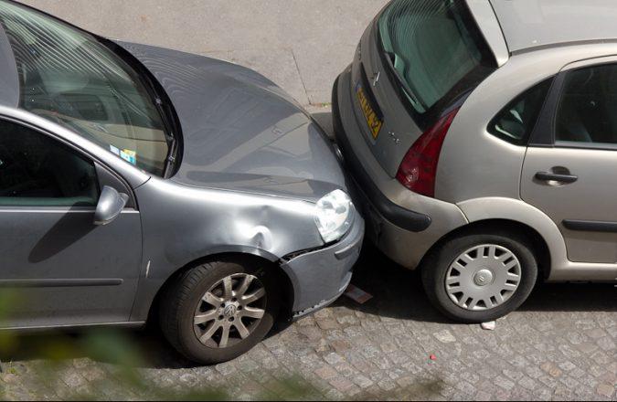 Машина с вывернутыми колесами на парковке