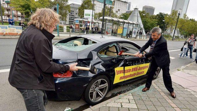 Мужчины разбивают машину
