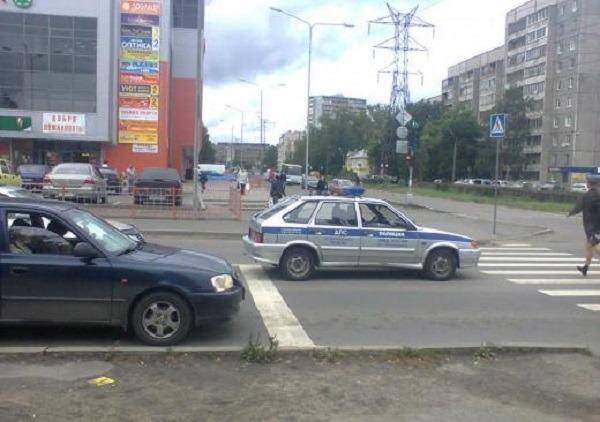 Полицейская машина заехала за стоп-линию перед зеброй