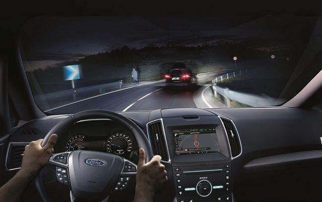 Автомобиль на ночной дороге