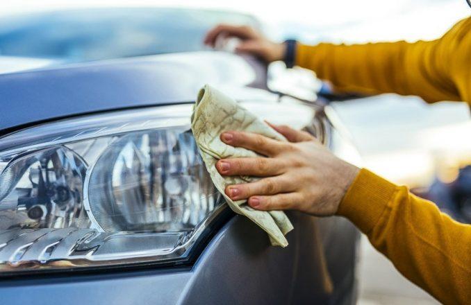 Протирание фар автомобиля
