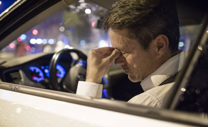 Водитель в машине ночью