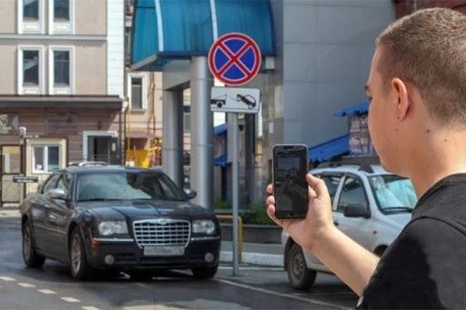 Мужчина снимает на телефон нарушение ПДД
