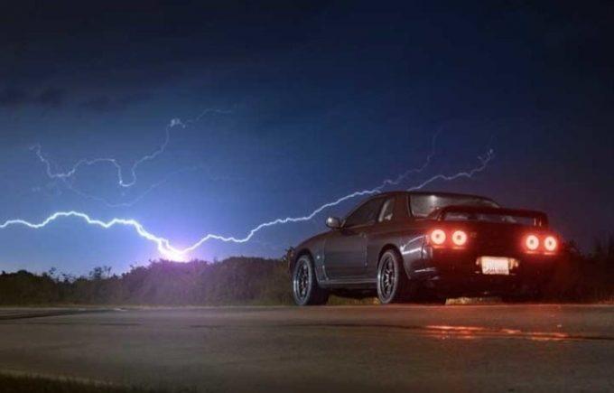 Молния и машина на дороге