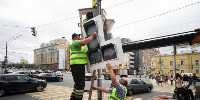 Рабочие устанавливают светофоры