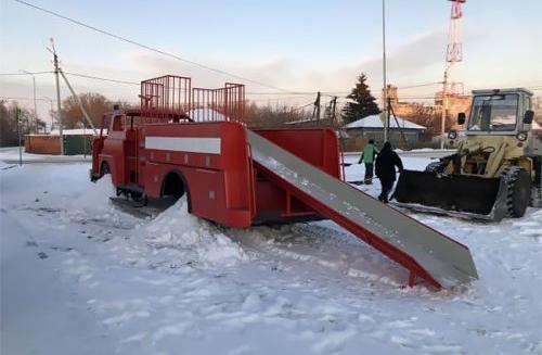 Ледяная горка на пожарной машине