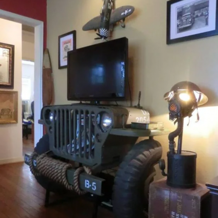 Радиатор и колеса в интерьере дома