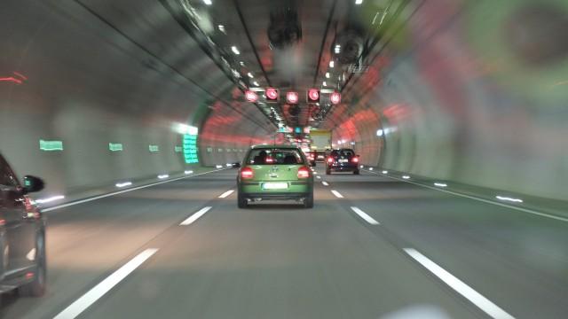 Прерывистая линия в тоннеле