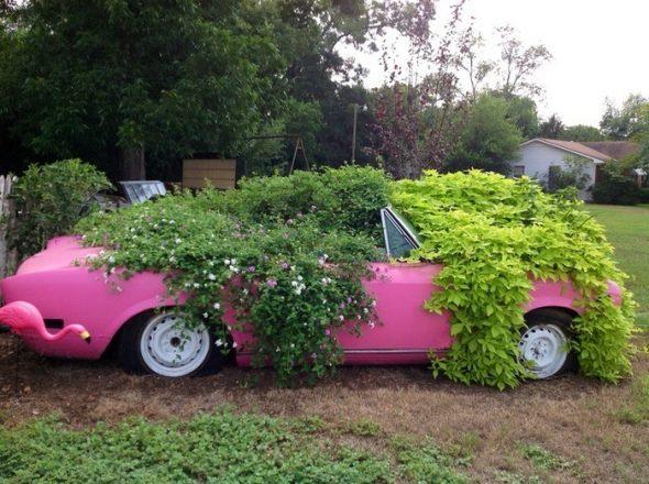 Розовый кадиллак с клумбой