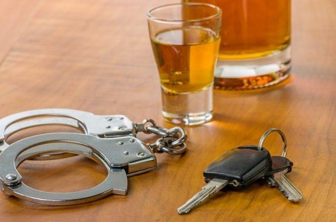 Ключи, наручники и стакан