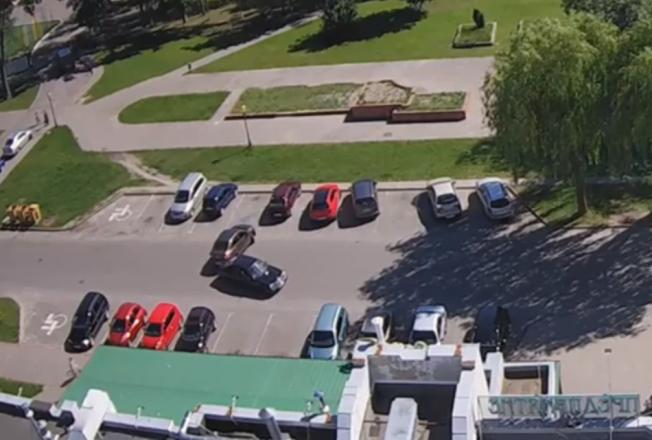 Две машины столкнулись на парковке