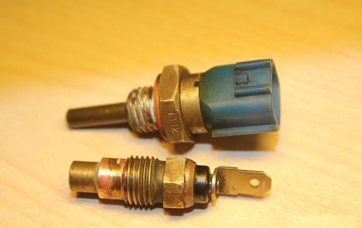 Датчик температуры охлаждающей жидкости двигателя