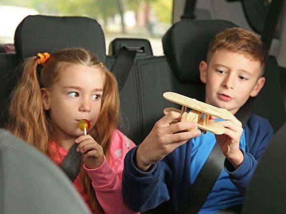 Двое детей в машине