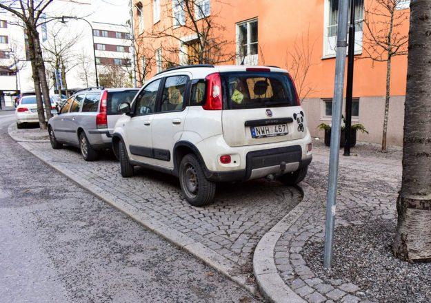 Машина на парковке в кармане дороги