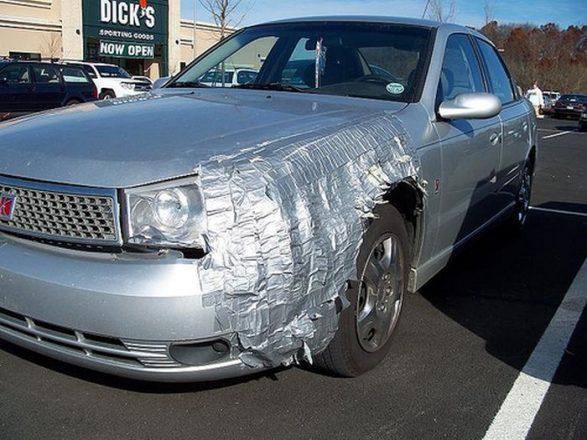 Заклеенный скотчем бампер машины