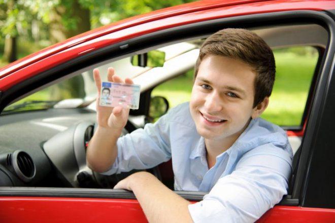 Парень в машине показывает права