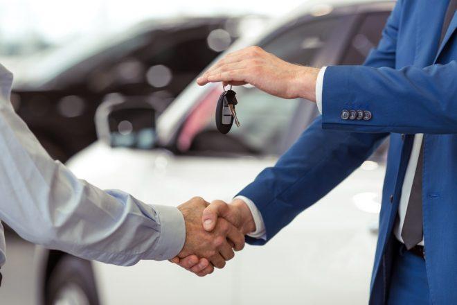 Двое мужчин и ключи от машины