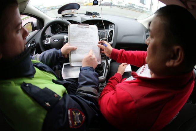 Инспектор и водитель в машине