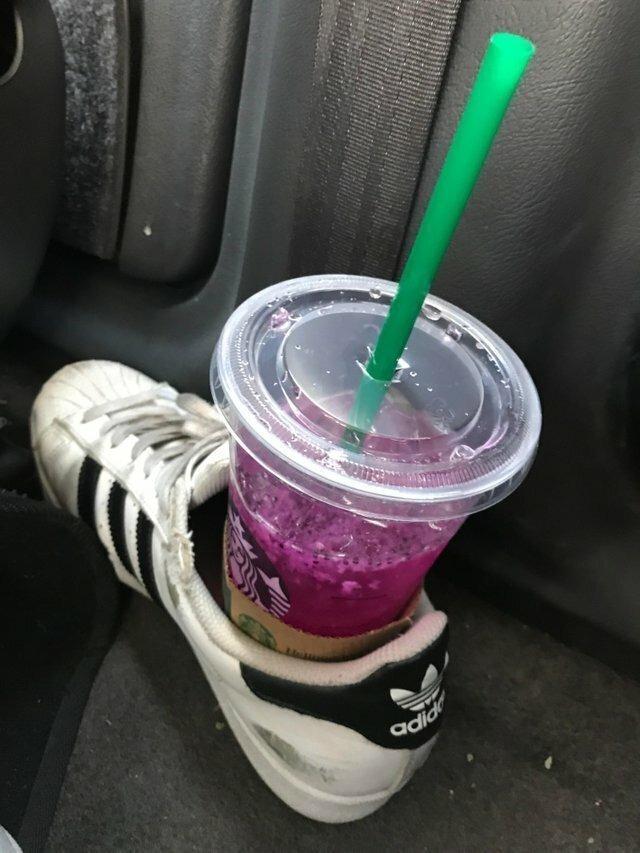 Кроссовок и стакан с напитком