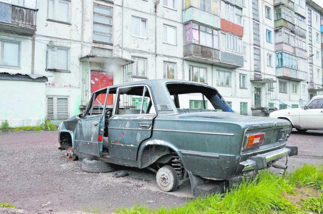 Поломанная машина без окон и колес