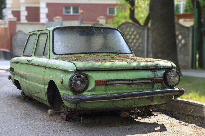Старый автомобиль без колес