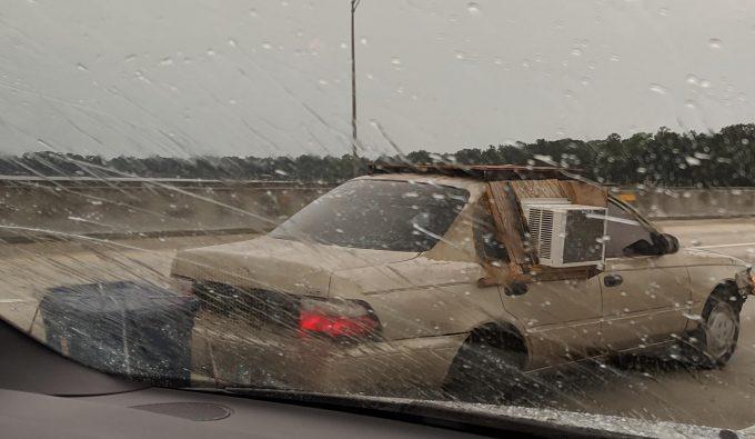 Кондиционер в окне машины