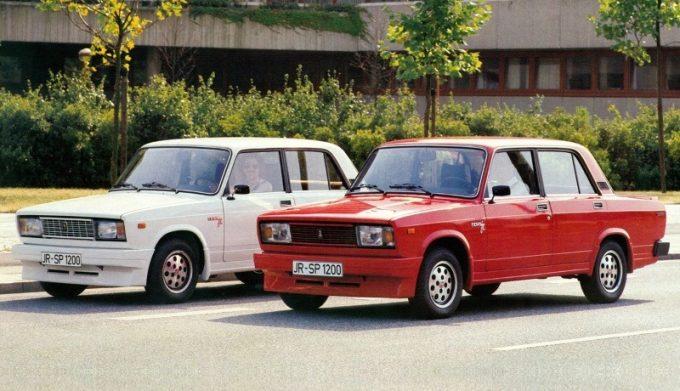Красная и белая машина Жигули