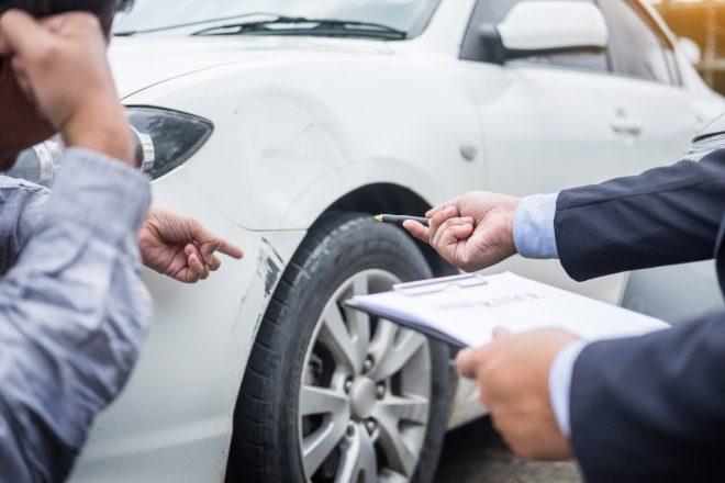Заполнение документов возле машины