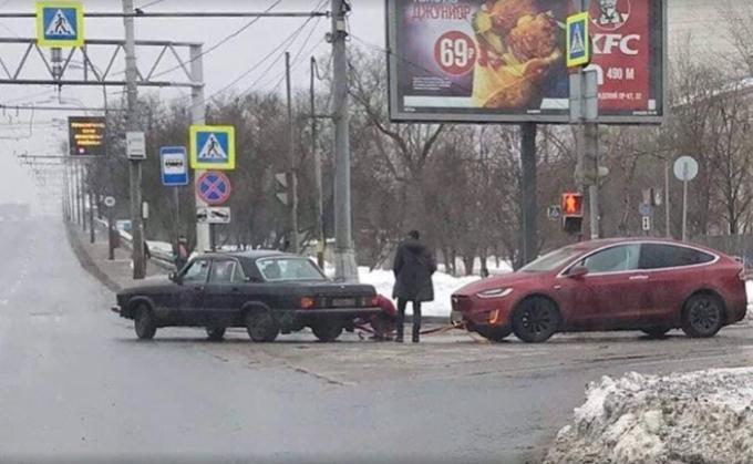 Волга тащит на буксире электрокар