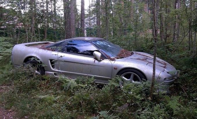 Заброшенный в лесу автомобиль