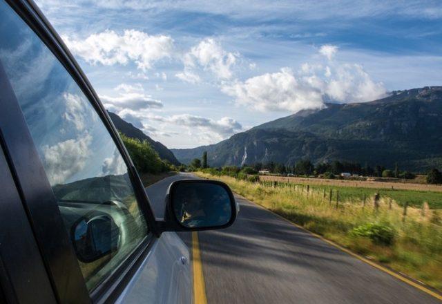 Вид из машины на горную дорогу