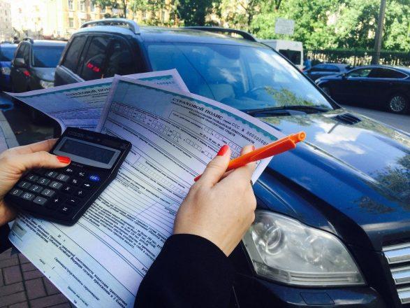 Страховой полис, калькулятор и машина