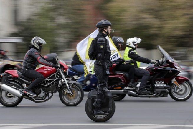 Мотоциклисты и мужчина на моноколесе