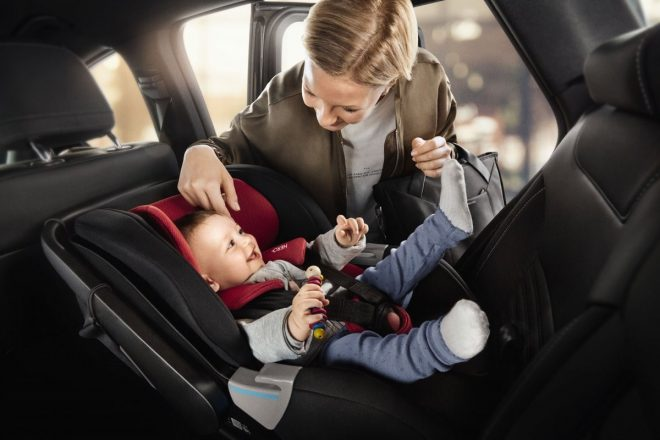 Ребенок в автокресле и мама