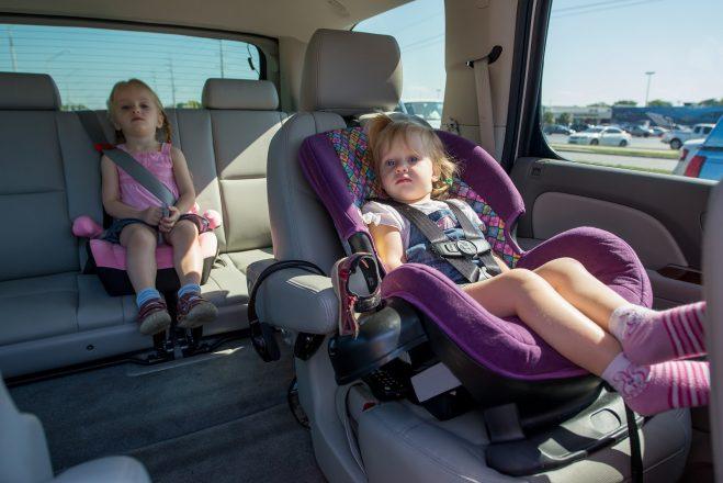 Два ребенка в автокреслах