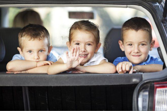 Трое детей в автомобиле