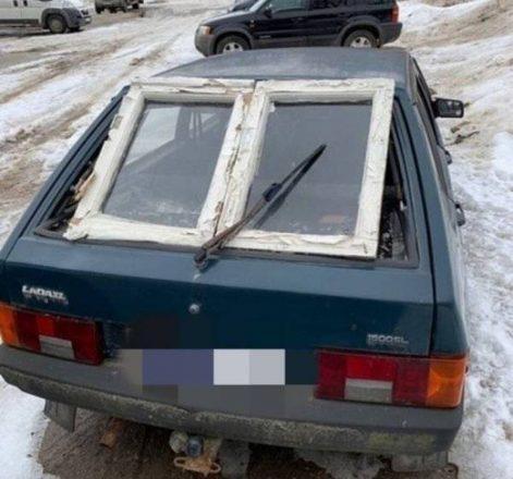 Оконная рама вместо заднего стекла авто