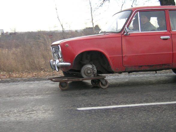 Машина едет без переднего колеса