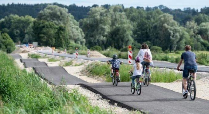 Извилистая велосипедная дорожка в Германии