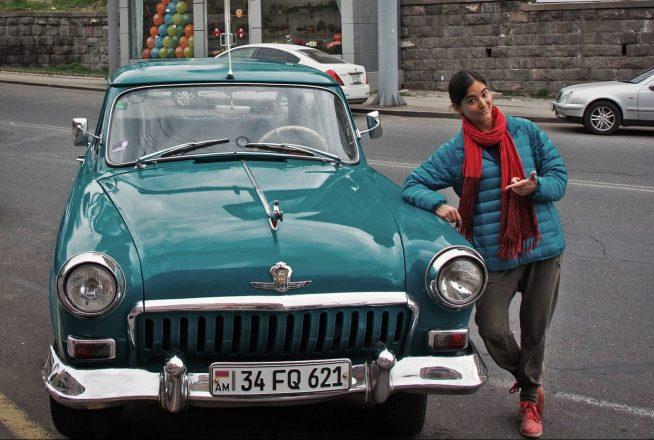 Девушка возле машины с армянскими номерами