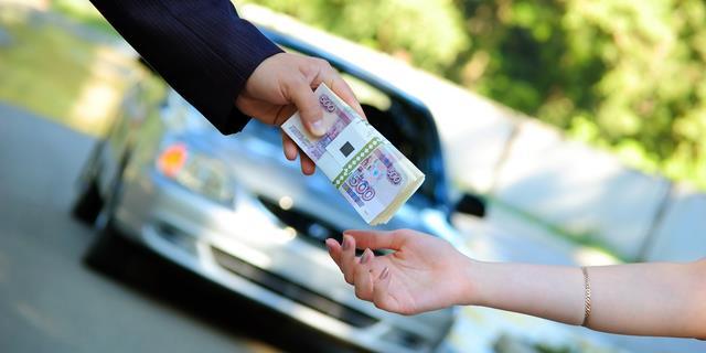 Деньги в руках и машина