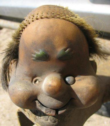 Грязная голова куклы на фаркопе