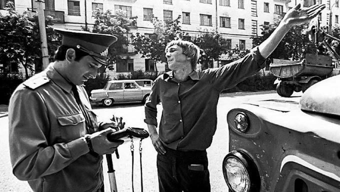 Гаишник и водитель в советское время