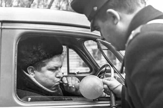 Гаишник проверяет водителя на алкоголь