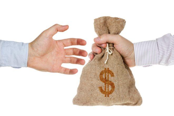 Мешок денег из рук в руки