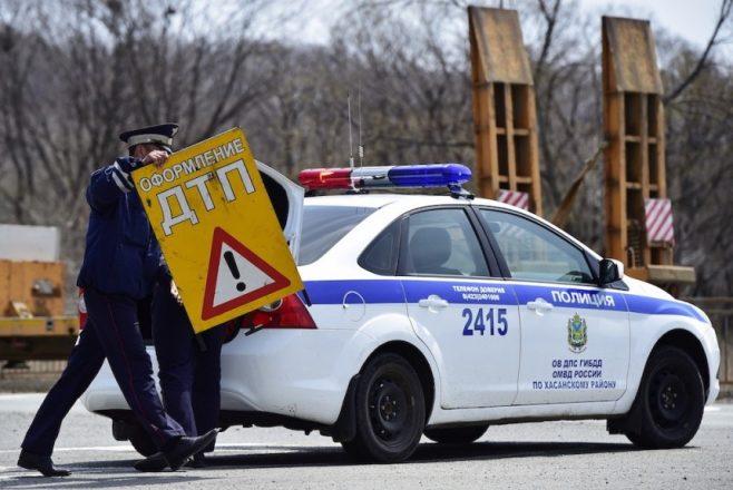 Полицейская машина и знак ДТП