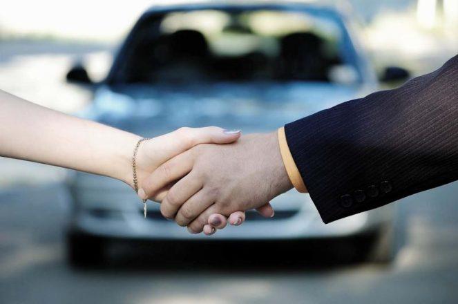 Рукопожатие на фоне автомобиля