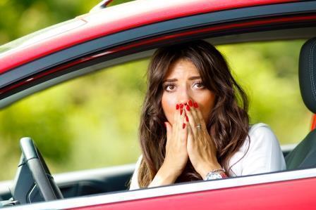 Женщина водитель удивляется