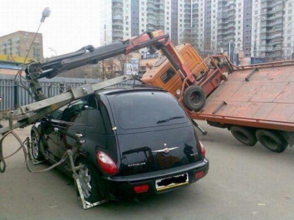 Эвакуатор упал на машину